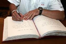 Découverte de la plaque des vainqueurs des 24 Heures du Mans 2005: Tom Kristensen signe le livre du