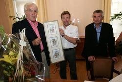 Découverte de la plaque des vainqueurs des 24 Heures du Mans 2005: Tom Kristensen reçoit un cadeau d