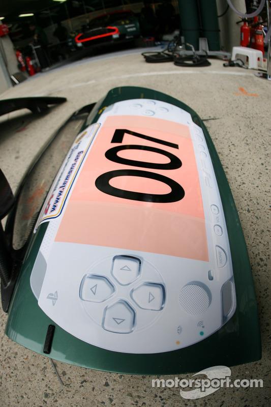 La porte de la Aston Martin Racing Aston Martin DBR9