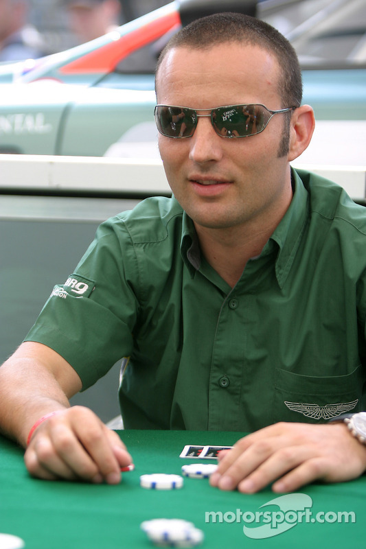 Les pilotes Aston Martin Racing apprennent à jouer au poker: Darren Turner