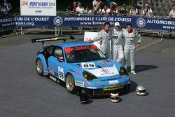 Thorkild Thyrring, Xavier Pompidou, et Christian Ried posent avec la Sebah Automotive Porsche 911 GT3 RSR