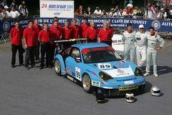 Thorkild Thyrring, Xavier Pompidou, Christian Ried, et l'équipe Sebah Automotive posent avec la Sebah Automotive Porsche 911 GT3 RSR