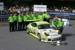 Jorg Bergmeister, Tracy Krohn, Nic Jonsson et l'équipe White Lightning Racing posent avec la White Lightning Racing Porsche 911 GT3 RSR