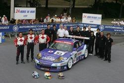 Kazuyuki Nishizawa, Shinichi Yamaji, Philip Collin, et l'équipe Taisan Advan avec la Team Taisan Advan Porsche 911 GT3 RS