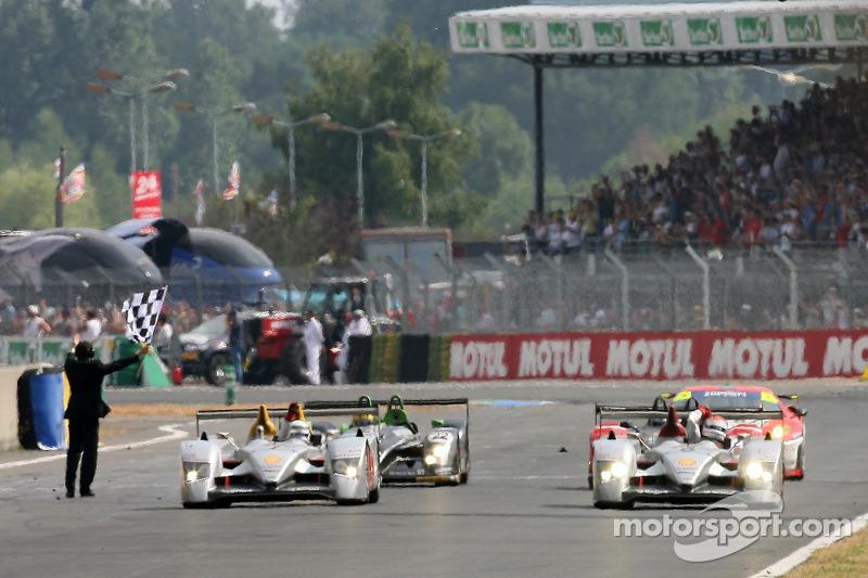 #8 Audi Sport Team Joest Audi R10: Marco Werner, Frank Biela, Emmanuele Pirro passe la ligne d'arriv