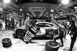 Arrêt au stand pour #009 Aston Martin Racing Aston Martin DBR9: Pedro Lamy, Stéphane Sarrazin, Stéph