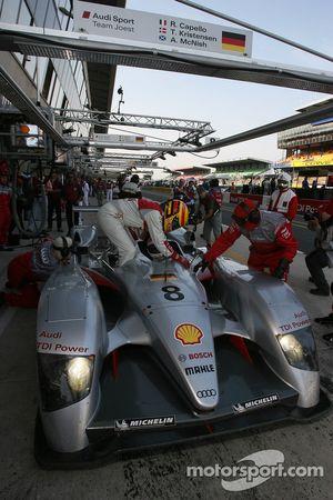 Frank Biela and Emmanuele Pirro practice drivers change