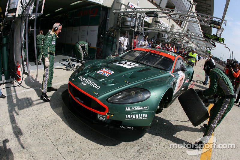 #007 Aston Martin Racing Aston Martin DBR9: Tomas Enge, Andrea Piccini, Darren Turner dans les stands