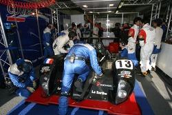 #13 Courage Competition Courage LC 70 Mugen: Shinji Nakano, Haruki Kurosawa, Jean-Marc Gounon dans le garage