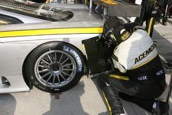 Arrêt au stand pour #66 ACEMCO Motorsports Saleen S7R: Terry Borcheller, Johnny Mowlem, Christian Fittipaldi