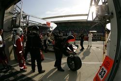 Arrêt au stand pour #33 Intersport Racing Lola B05/40 AER: Clint Field, Liz Halliday, Duncan Dayton