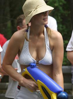 Une charmante jeune femme avec un pistolet à eau