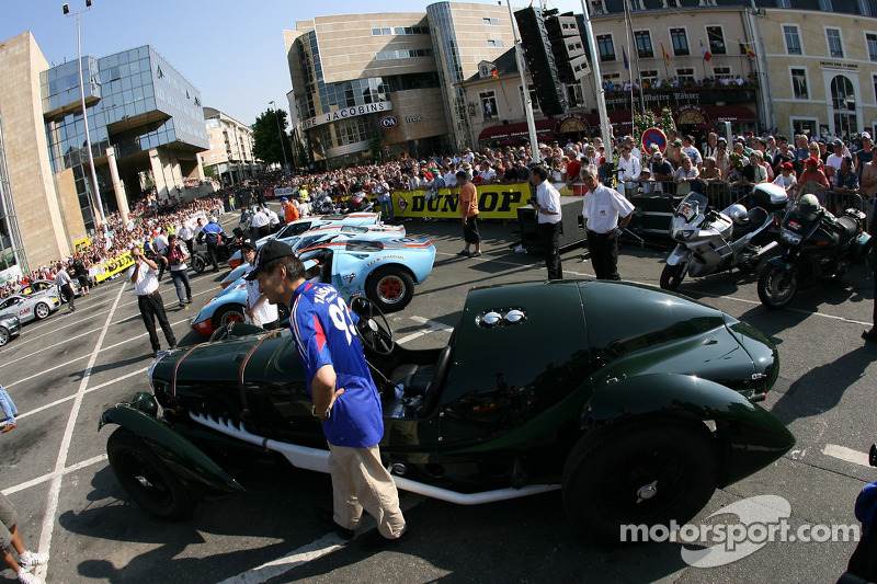 Des voitures d'époque en affichage