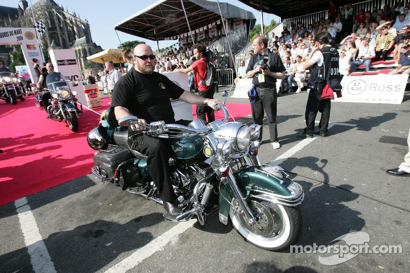 Des motos Harley Davidson débutent la parade