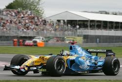 Fernando Alonso saluda a los aficionados