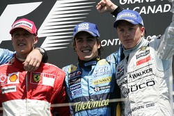 Podium: winnaar Fernando Alonso met Michael Schumacher en Kimi Raikkonen