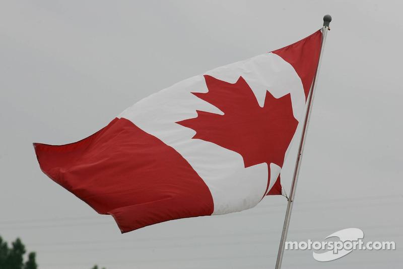 Le drapeau canadien flotte dans le paddock