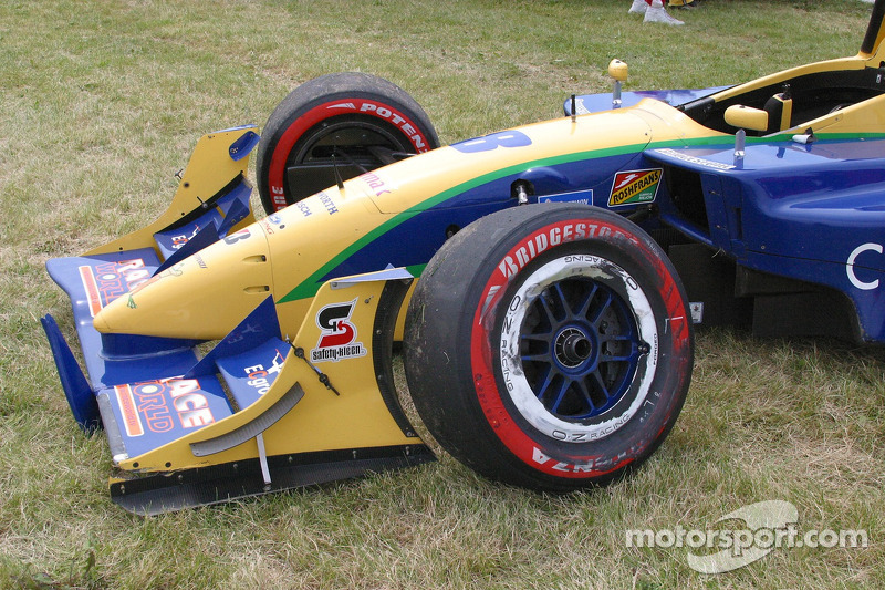 Suspension endommagée de la voiture de Nicky Pastorelli