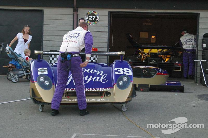 Des membres de l'équipe Cheever Racing au travail