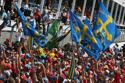 Des fans de Fernando Alonso qui célèbrent