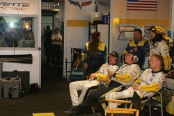 Johnny O'Connell et Jan Magnussen dans le garage de Corvette Racing