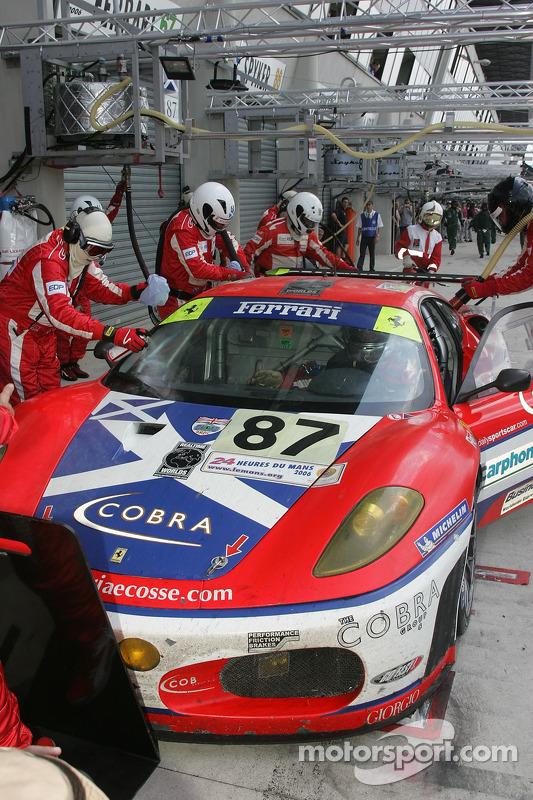 #87 Scuderia Ecosse Ferrari 430 GT dans les stands