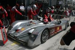 #8 Audi Sport Team Joest Audi R10 en boxes