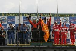 Podium LMGT2 : les grands vainqueurs Lawrence Tomlinson, Richard Dean et Tom Kimber-Smith, avec en s