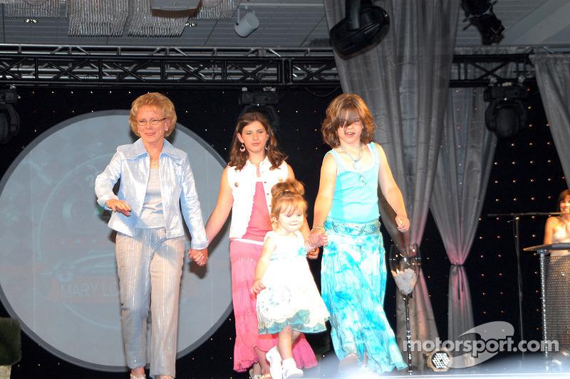 La directrice exécutive de CARA Mary Lou Bogner avec ses petites-filles Arden, Kelsey et Madison