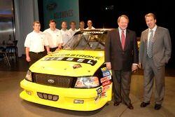 Bill Ford et Edsel Ford avec les pilotes de Craftsman Truck Series de Ford à un pep rally d'employé