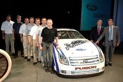 Bill Ford et Edsel Ford avec les pilotes de NASCAR NEXTEL Cup de Ford à un pep rally d'employé à For