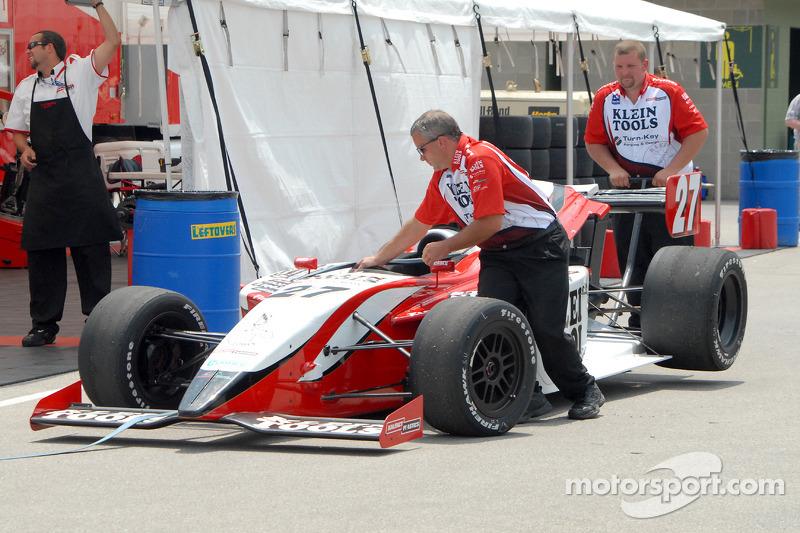 La voiture de Jonathan Klein retourne au paddock