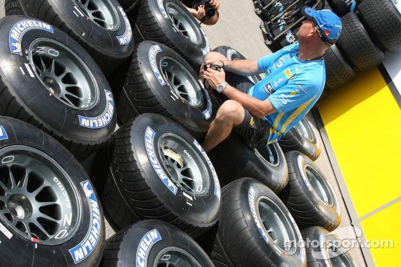 L'équipe Renault F1 prépare leurs pneus Michelin