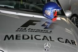 Coche médico de fórmula 1 con el casco de Bernd Maylander