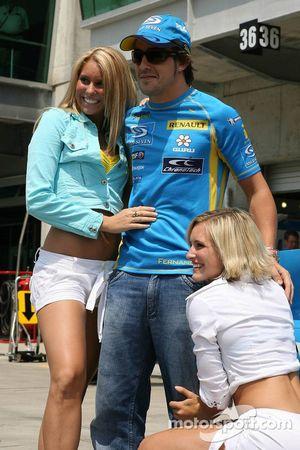 Fernando Alonso con los bailarines de Renault
