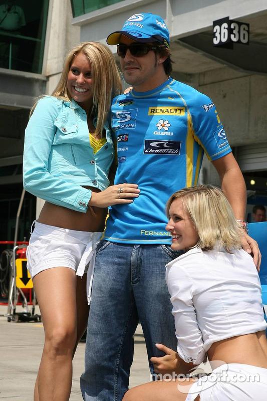 Fernando Alonso avec des danceurs Renault