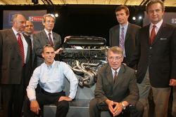 Conférence de presse de Peugeot Sport : Eric Helary et la direction de Peugeot posent avec le nouveau moteur Peugeot V12 HDI FAP de la Peugeot 908 de 2007