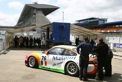 La IMSA Performance Matmut Porsche 911 GT3 RSR lors des vérifications techniques