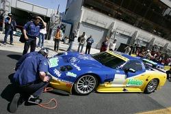 Luc Alphand Aventures Corvette C5-R se dirige vers les vérifications techniques