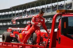 Michael Schumacher se detuvo en una trampa de grava y llevado de vuelta a boxes en un camión