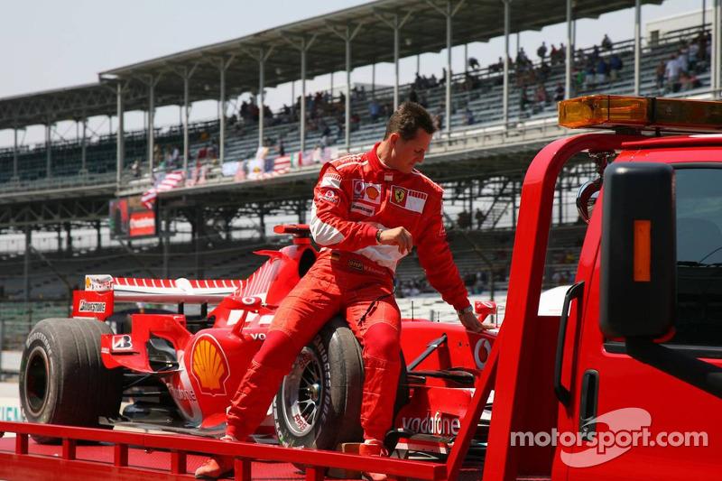 Michael Schumacher s'est arrêté dans un bac à graviers et retourne aux stands sur un camion