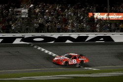 Dale Earnhardt Jr. passe sous le drapeau à damiers