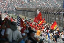 Tifosi celebran la pole position de Michael Schumacher