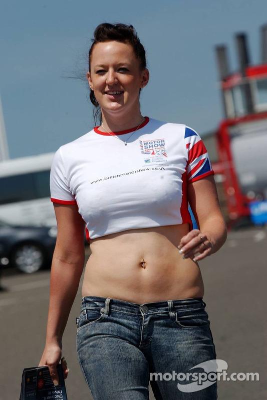 Une jeune londonienne du Motorshow