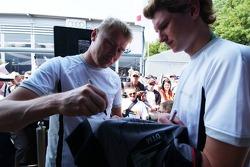 Mika Hakkinen signe des autographes pour les fans