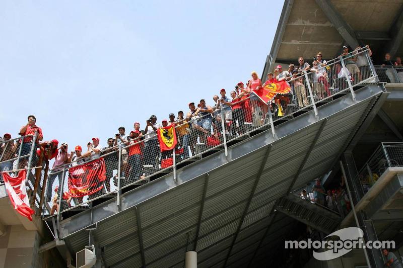 Des fans regardant de la tribune