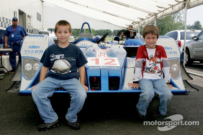 Des jeunes fans posent avec l'Autocon Motorsports Lola EX257 AER