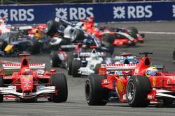 Choque en la primera curva de Mark Webber y Christian Klien