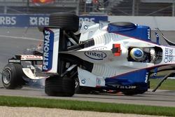 Crash: Nick Heidfeld überschlägt sich in der ersten Kurve