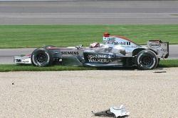 Choque en la primera curva de Kimi Raikkonen